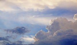 Nuages pelucheux blancs et texture et fond de ciel bleu Image libre de droits