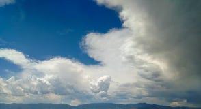 Nuages pelucheux dans le Colorado Photo libre de droits