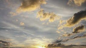Nuages pelucheux jaunes de lever de soleil au-dessus de ciel clips vidéos