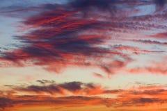 Nuages pendant le coucher du soleil Photographie stock libre de droits