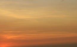 Nuages pendant le coucher du soleil d'or Image stock