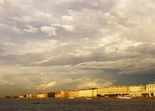Nuages pittoresques dans les cieux au-dessus de la rue Petersbur Photographie stock