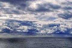 Nuages pluvieux au-dessus de l'océan images libres de droits