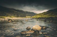 Nuages pluvieux au-dessus de rivière écossaise photos stock