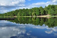 Nuages réfléchis sur le lac Images stock