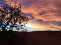 Nuages réglés du soleil pedy de Coober Image stock