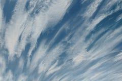 Nuages rapides dramatiques au-dessus de ciel bleu le jour ensoleillé Images libres de droits