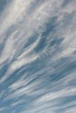 Nuages rapides dramatiques au-dessus de ciel bleu le jour ensoleillé Photo libre de droits