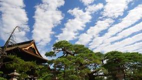 Nuages rayés dans le ciel au temple de Zenkoji Photo stock