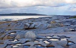 Nuages reflétés dans des piscines de roche images stock