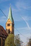 Nuages religieux européens typiques de Steeple Stuttgart d'église bleus photographie stock