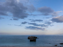 Nuages, roches et mer Images stock