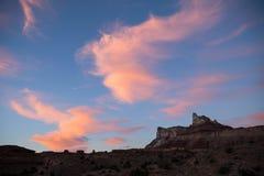 Nuages roses au coucher du soleil au-dessus de la montagne de temple Photos libres de droits