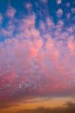 Nuages roses de maïs éclaté au coucher du soleil Images libres de droits