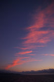 Nuages rouges dans le ciel de soirée Images stock