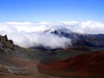 Nuages roulant dans le cratère de Haleakala, Hawaï Photographie stock libre de droits