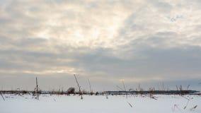 Nuages se déplaçant au-dessus d'un paysage d'hiver ensoleillé Timelapse banque de vidéos