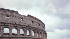 Nuages se déplaçant le ciel au-dessus de Colosseum, laps de temps clips vidéos