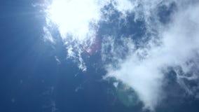 Nuages se déplaçant rapidement sur le ciel bleu banque de vidéos