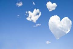 Nuages sous forme de coeurs dans le ciel bleu Image stock