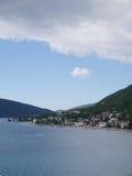 Nuages sous la ville de bord de mer, collines Photographie stock libre de droits