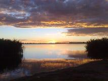 Nuages stupéfiants au-dessus d'un beau lac photos stock