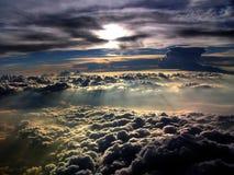Nuages Sunlit dans l'horizon Photo libre de droits