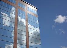 Nuages sur l'immeuble de bureaux moderne Image stock