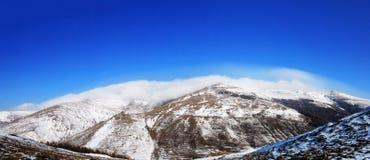 Nuages sur la montagne de neige Photo stock