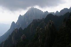 Nuages sur la montagne jaune Photographie stock