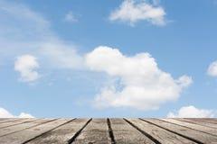 Nuages sur le ciel au-dessus de la terre Photographie stock libre de droits