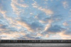 Nuages sur le ciel au-dessus de la terre Photo stock