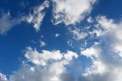 Nuages sur le ciel bleu Image libre de droits