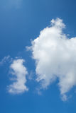 Nuages sur le ciel bleu Photos stock
