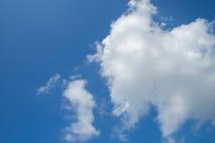 Nuages sur le ciel bleu Photo libre de droits