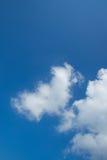 Nuages sur le ciel bleu Photographie stock libre de droits