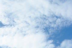 Nuages sur le ciel bleu Photographie stock