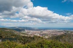 Nuages sur le ciel bleu au-dessus de Barcelone Image stock