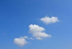 Nuages sur le ciel bleu Forme de coeur photographie stock