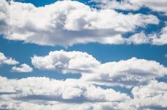 Nuages sur le ciel bleu montrant le modèle mou blanc de texture photographie stock