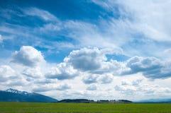 Nuages sur le ciel de ressort photos stock