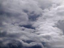 Nuages sur le ciel foncé Image libre de droits