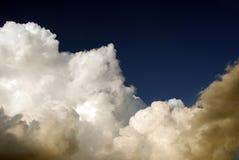 Nuages sur le ciel orageux images stock