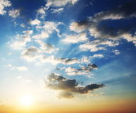 Nuages sur le coucher du soleil photos libres de droits