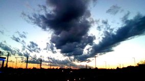 Nuages sur le coucher du soleil Photographie stock