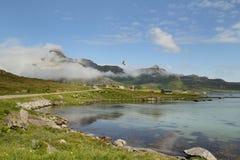 Nuages sur le fjord de Flakstad Images stock