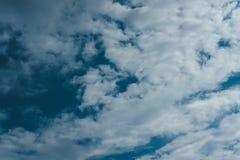 Nuages sur le fond de ciel bleu Images stock