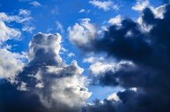 Nuages sur le fond de ciel bleu Photo libre de droits