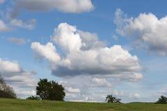 nuages sur le paysage de ciel de bllue Images stock