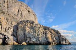 Nuages sur un ciel bleu, les belles montagnes rocheuses sur les rivages de la Mer Noire en Crimée Image libre de droits